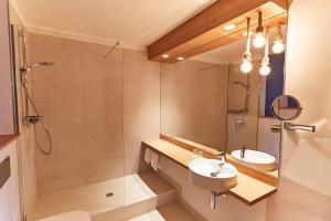 A bathroom at Steigenberger Conti Hansa