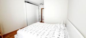 Łóżko lub łóżka w pokoju w obiekcie Apart Morze Apartamenty 450m od morza