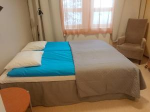 A bed or beds in a room at Hotelli Sointula