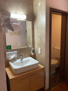 A bathroom at Pension Timeout