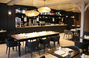 A restaurant or other place to eat at Best Western Le Cheval Blanc -Centre- Vieux Port