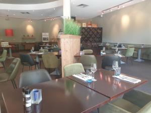 Ein Restaurant oder anderes Speiselokal in der Unterkunft Fletcher Strandhotel Renesse