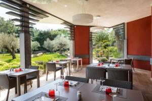 A restaurant or other place to eat at Best Western Plus Le Lavarin