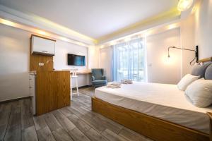 Letto o letti in una camera di Porto Kalamaki Hotel