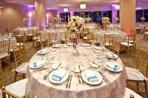 Een restaurant of ander eetgelegenheid bij Holiday Inn Miami Beach-Oceanfront, an IHG Hotel