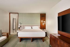 A bed or beds in a room at Hyatt Regency Maui Resort & Spa
