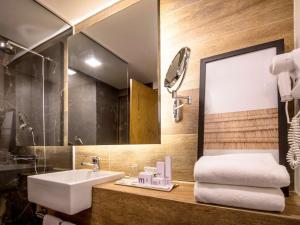 A bathroom at Mercure Curitiba Aeroporto