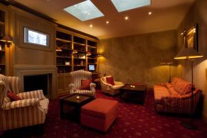 Ein Sitzbereich in der Unterkunft Hotel Imperial