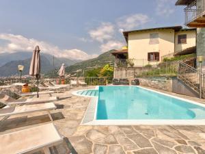 Piscina di Modern Holiday Home with Swimming Pool in Gravedona o nelle vicinanze