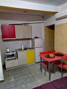 A kitchen or kitchenette at Deja-Vu Apartments