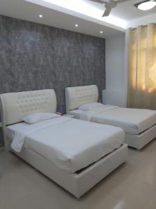 A bed or beds in a room at Dar Al Deyafa Hotel Apartment