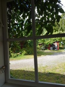 En trädgård utanför Brådtom Slusscafé & Stugor