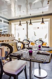 Een restaurant of ander eetgelegenheid bij Eiffel Trocadéro