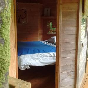 A bed or beds in a room at Les cabanes de Kermenguy