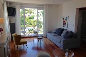 A seating area at Suite sur la mer Marseille Corniche