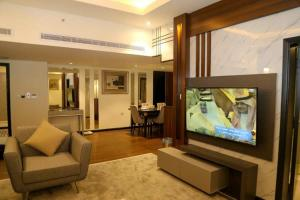 Uma TV ou centro de entretenimento em Assalam Palace