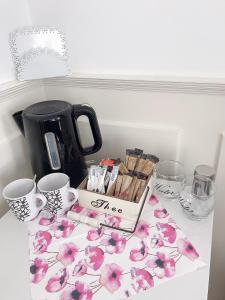 Coffee and tea-making facilities at B&B Bordeaux Arnhem