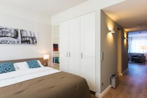 A bed or beds in a room at Brera Serviced Apartments Frankfurt Oper