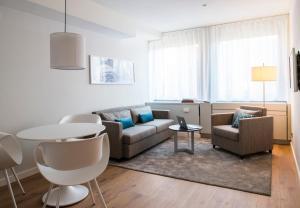 A seating area at Brera Serviced Apartments Frankfurt Oper