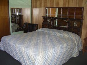 A bed or beds in a room at Cedar Grove Motel
