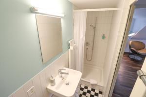 A bathroom at EMMA Bett und Bistro