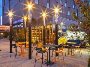 A restaurant or other place to eat at Golden Tulip Bordeaux Euratlantique