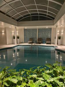 A piscina localizada em Hotel Casacurta ou nos arredores