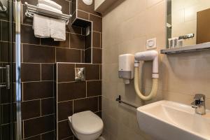 A bathroom at Hôtel du Midi Plage