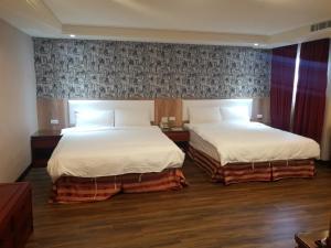 川賦商旅房間的床