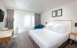 A bed or beds in a room at Precise Resort Marina Wolfsbruch