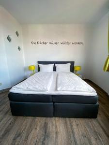 Ein Bett oder Betten in einem Zimmer der Unterkunft apartHOTEL Magdeburg