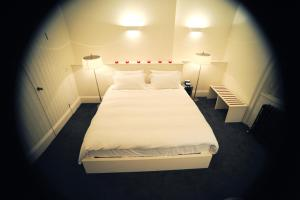 A bed or beds in a room at Kellys Hotel