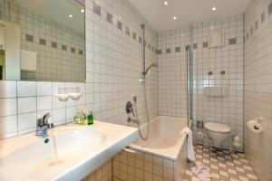 Ein Badezimmer in der Unterkunft Romantik Hotel & Restaurant Hirsch