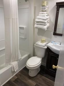 A bathroom at The Admiral Hotel/Motel