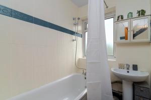 A bathroom at GuestReady - Charming 1BR Highbury Flat with Balcony