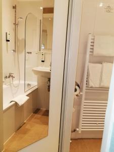 A bathroom at Hotel Altmünchen by Blattl