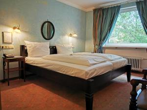 A bed or beds in a room at Hotel Altmünchen by Blattl