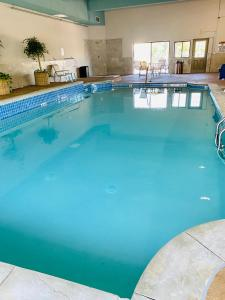The swimming pool at or near Best Western Plus Landmark Inn
