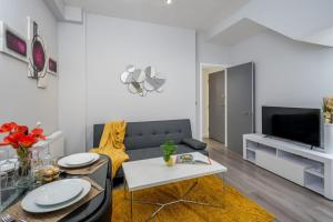 A seating area at North London - Luxurious 2 Bedroom Serviced Apartment - Garden CR