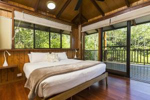 A bed or beds in a room at Rose Gums Wilderness Retreat