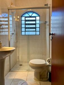A bathroom at Ampla Suíte grande com Hidro em sobrado grande no meio do Brooklin