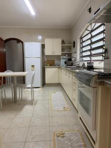 A kitchen or kitchenette at Ampla Suíte grande com Hidro em sobrado grande no meio do Brooklin