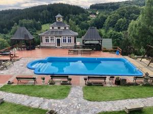 Widok na basen w obiekcie Willa Na Wzgórzu Wandy lub jego pobliżu