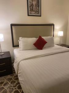 سرير أو أسرّة في غرفة في Mirage Hotel Jazan