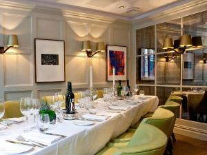 A restaurant or other place to eat at The Barbican Rooms