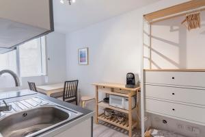 A kitchen or kitchenette at Modern apt near VIEUX PORT - Marseille