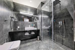 A bathroom at Bayjonn Boutique Hotel