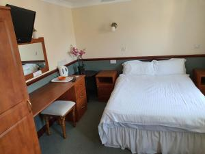 A bed or beds in a room at The Lugger Inn