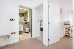A bathroom at Luxury St Albans 1 Bedroom Serviced Apartment - FREE WiFi - Parking Available - 17 mins to Central London