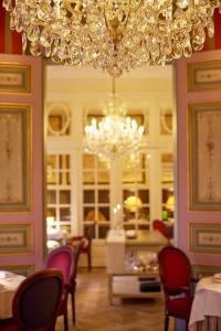 A restaurant or other place to eat at Relais & Châteaux Hotel Heritage